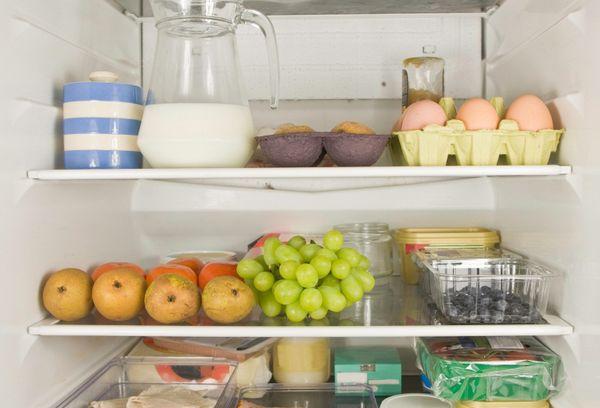 разные продукты в холодильнике