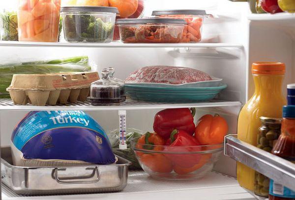 блюда в контейнерах и мясо в холодильнике