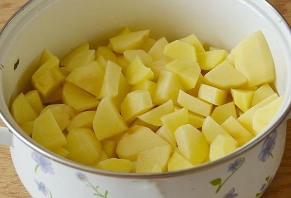 нарезанная картошка в кастрюле