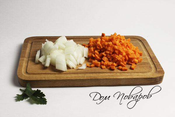 измельчите лук и морковь