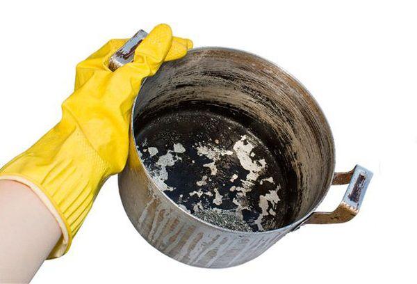 грязная кастрюля в руке