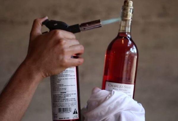 нагревание горлышка бутылки с вином