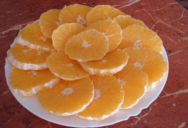 Нарезка из апельсинов на тарелке