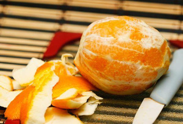 Очищенный апельсин и кожура