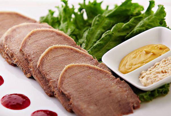 нарезанный говяжий язык на тарелке