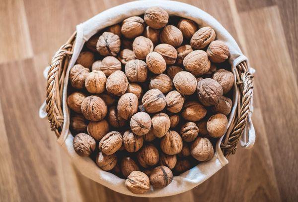 орехи в корзине