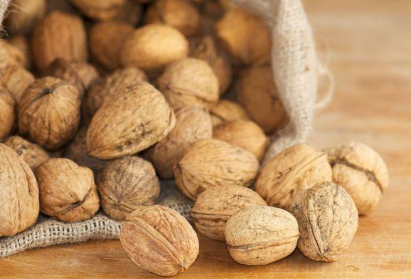 грецкие орехи со скорлупой в мешке