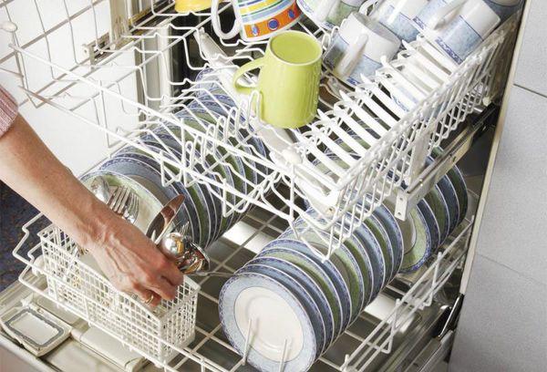 посуда в лотках посудомоечной машины