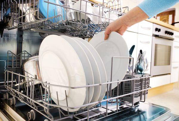 тарелки в лотках посудомоечной машины
