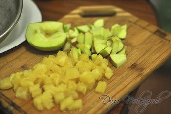 Яблоки и ананасы кусочками