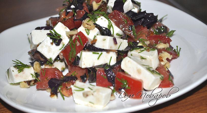 Салат с помидорами, базиликом и сыром