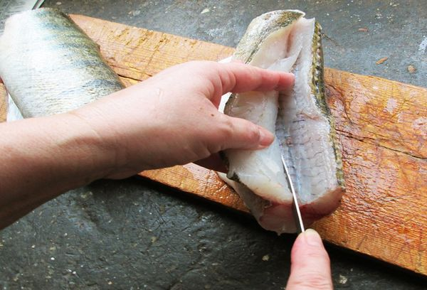отделение филе рыбы