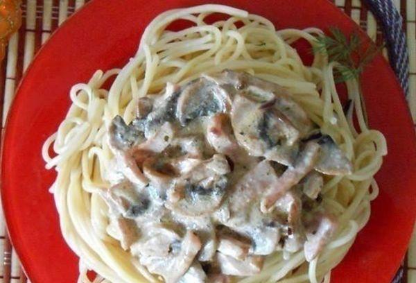 Спагетти с грибами и ветчиной