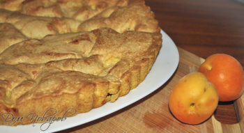 Шарлотка с абрикосами