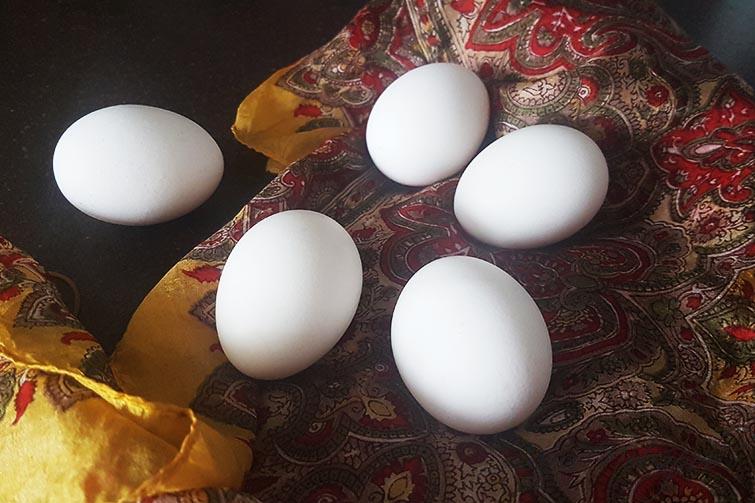 Яйца на шелковой ткани