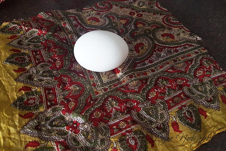 Яйцо на шелковом лоскуте