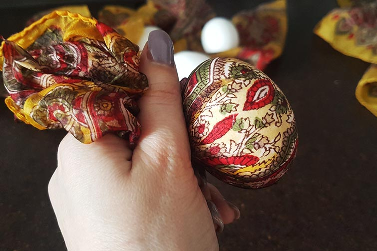 Оберните яйцо в шелковую ткань