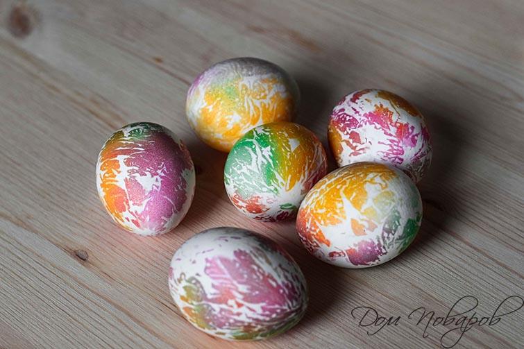 Яйцо окрашенное в салфетке