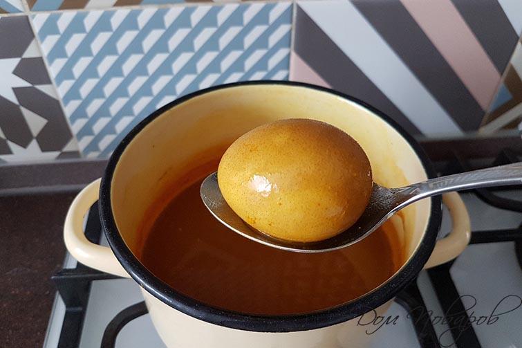 Яйцо окрашенное куркумой