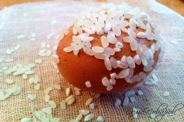 Обваляйте мокрое яйцо в рисе