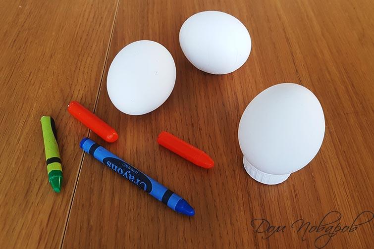 Яйца на подставке и восковые карандаши