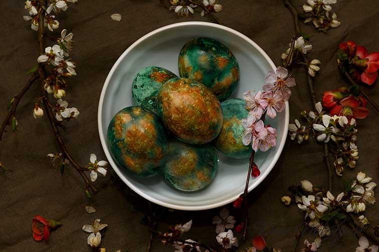 Мраморные яйца из луковой шелухи и зеленки