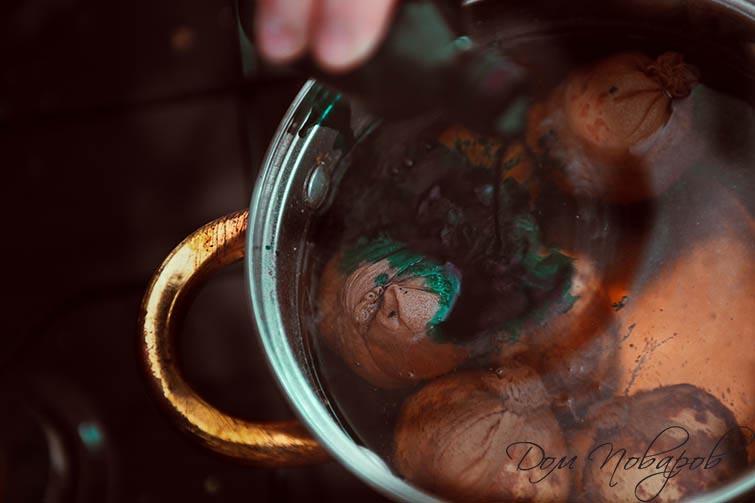 Сварите яйца в шелухе, обернутые капроном, в воде с зеленкой