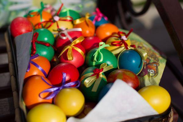 Разноцветные яйца на пасху