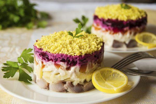 салат на тарелке