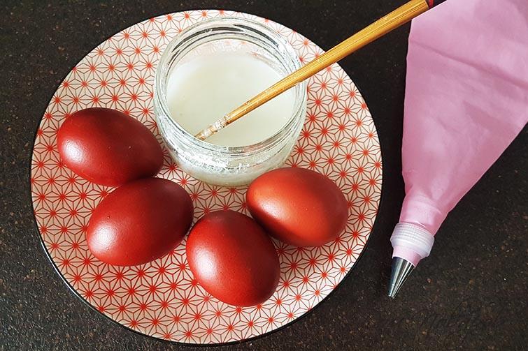 Яйца, кондитерский шприц и сахарная масса