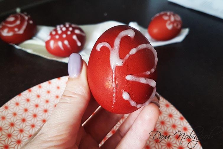 Сделайте рисунок на яйце пудрой смешанной с водой