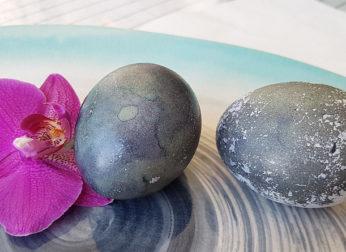 Красим пасхальные яйца чаем каркаде