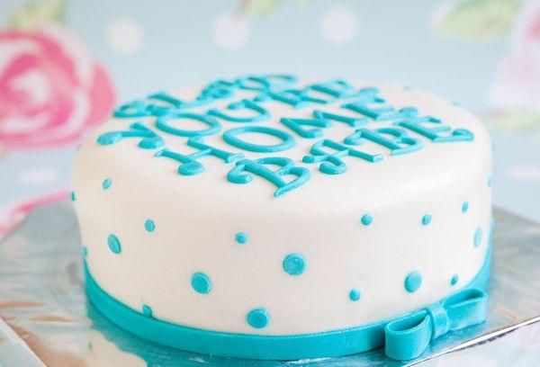 Торт с белой мастикой и голубой надписью