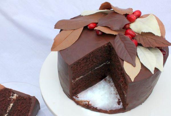 Шоколадные листья на торте