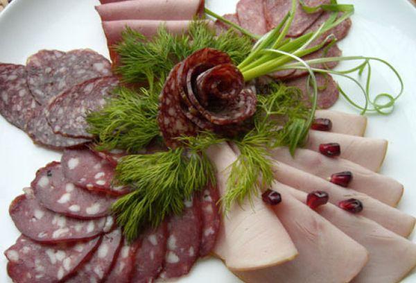 Мясные изделия на тарелке