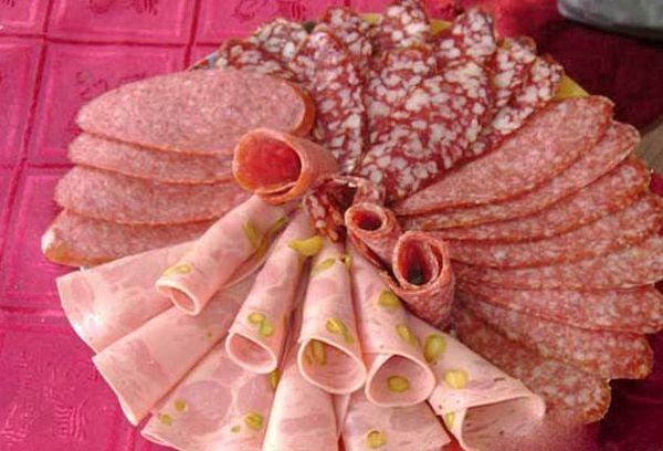 Красиво нарезанная колбаса