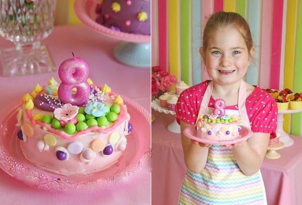 Девочка с тортом