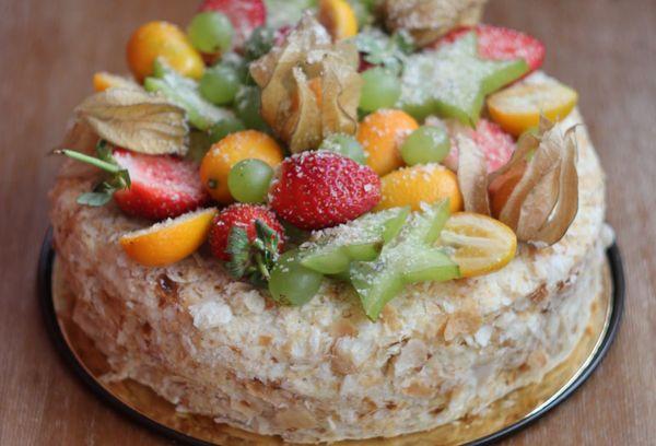 Наполеон украшенный фруктами в желе