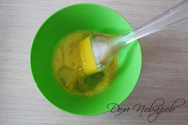 Яйцо в пластиковой миске