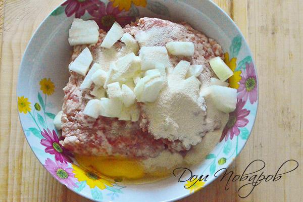 Фарш с яйцом, манкой, луком и хлебом