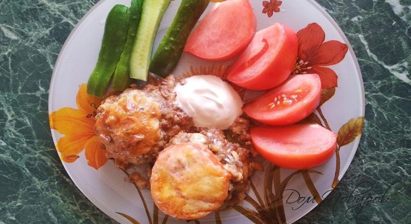 Котлеты из фарша с помидором или грибами под сыром в духовке