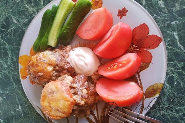 Котлеты под сыром с овощами и сметаной