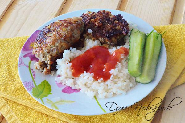 Куриные котлеты с рисом, огурцом и кетчупом