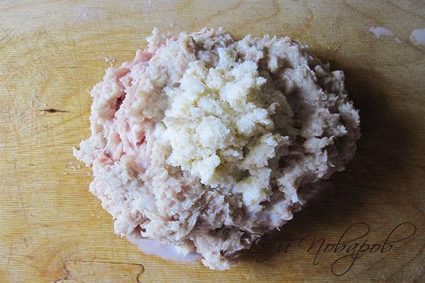 Куриный фарш и размоченный белый хлеб