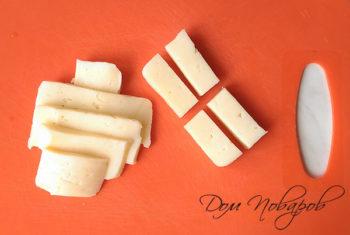 Нарезанный брусками сыр