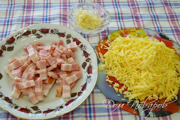 Тертый сыр, кусочки бекона и чеснок