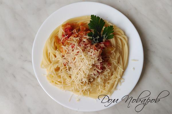 Спагетти с тушеными овощами и тертым сыром