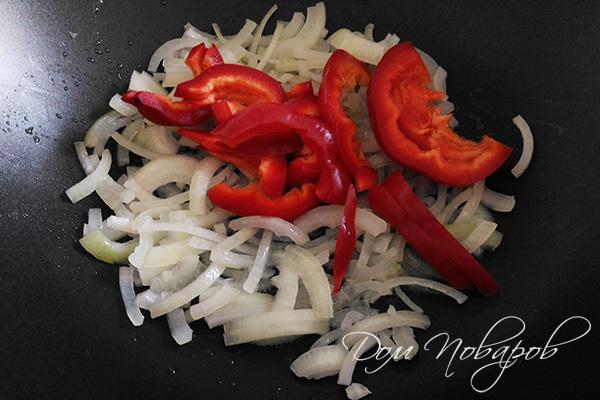 Лук и болгарский перец на сковороде