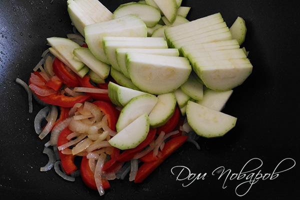 Лук, болгарский перец и кабачок на сковороде