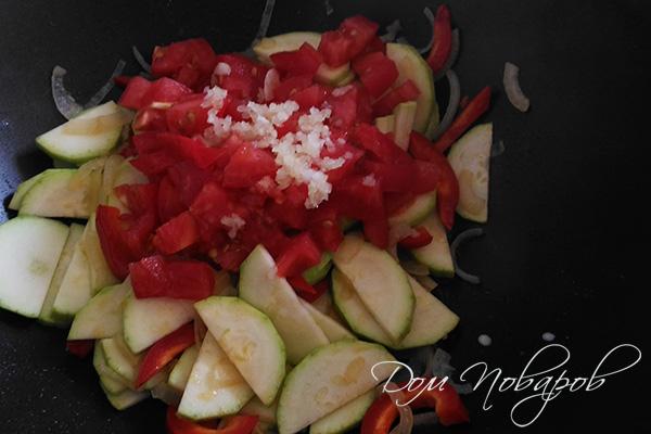 Добавление чеснока к овощам на сковороде
